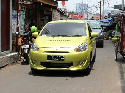 Aksi Mirage di Gang Sempit Jakarta