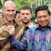 Wah! Kerennya Tokoh Dunia Berpakaian Batik