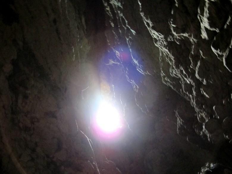 Lubang cahaya di Gua Batu Cermin (Shafa/detikTravel)