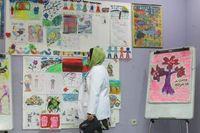 Beberapa lukisan yang merupakan karya pasien gangguan jiwa yang dipajang di ruang terapi belajar. Tampak dalam foto adalah dr Suzy Yusna Dewi, SpKJ, Kepala Instalasi Kesehatan Jiwa Anak dan Remaja RSJ Soeharto Heerdjan, Grogol. (Foto: detikHealth)
