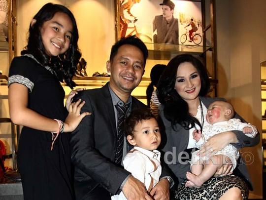 Kompaknya Mona Ratuliu & Keluarga