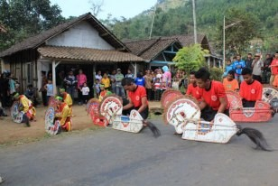 Jaran kepang (cahya ning budoyo) pakis, malang sedang melakukan tarian buton lawas