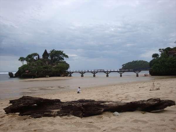 Pemandangan yang mirip dengan Tanah Lot di Bali (Anshar Dadiady/d'Traveler)