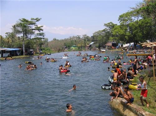 Mandi di Wendit, konon bisa awet muda (indonesia.is)