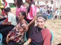 Perempuan dalam balutan busana adat Flores