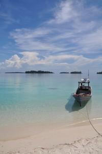 Kapal Nelayan di tepian pantai yang cantik