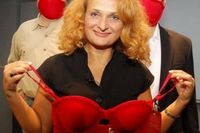 Tahun 2009, seorang peneliti asal Inggris, Dr Elena Bodnar mendapat penghargaan Ig Nobel Public Health Prize yang merupakan versi plesetan dari penghargaan Nobel yang sesungguhnya. Karya Dr Elena adalah Emergency Bra, yakni bra yang berfungsi sebagai masker antiradiasi nuklir. (Foto: Reuters)