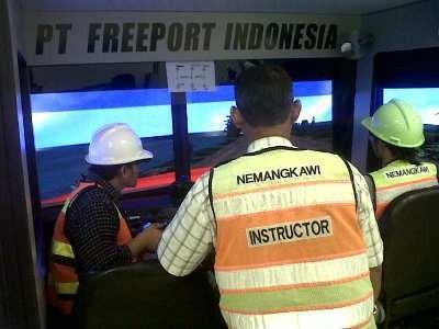 Instruktur IPN tengah mengarahkan wartawan yang mencoba simulator dump truck. (Ferdinan/detikcom)