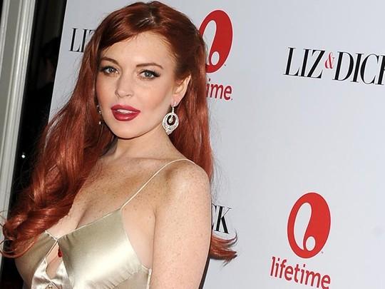 Lindsay Lohan Tampil Menggoda di Premiere Liz & Dick