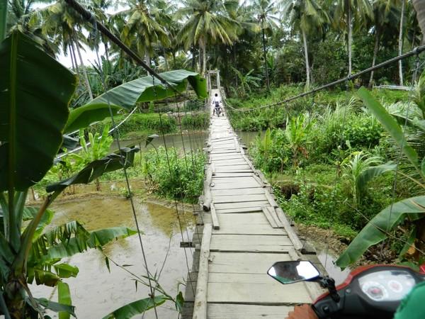 Jembatan gantung menuju Pantai Legon Pari