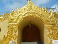 Ukiran yang menghias pintu pagoda
