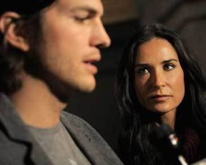 \Kado\ Natal Ashton Kutcher untuk Demi Moore: Surat Gugatan Cerai!