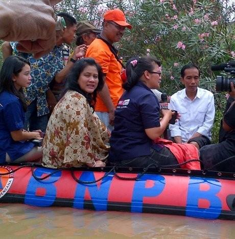 Jokowi Serahkan 2 Ton Beras dan Amplop Putih ke Warga Bidara Cina