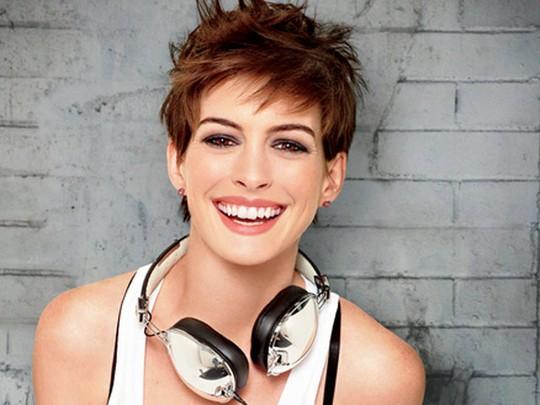 Senyum Lebar Anne Hathaway di Glamour