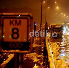 Terendam Banjir 1 Meter, Jalur Tol Merak Sepanjang 21 KM Ditutup