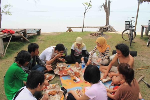 Makan bersama di Pulau Tidung