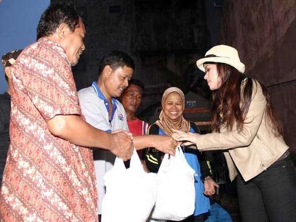 Siti Liza Beri Bantuan pada Korban Banjir