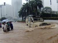 Kendaraan-kendaraan Tangguh Penerobos Banjir