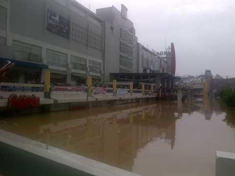Gawat! Banjir di Mega Bekasi Hypermall Nyaris Saingi Kalimalang