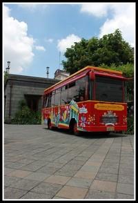 bus yang di gunakan untuk berkeliling kota tua