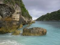 Indahnya tebing dan birunya air laut