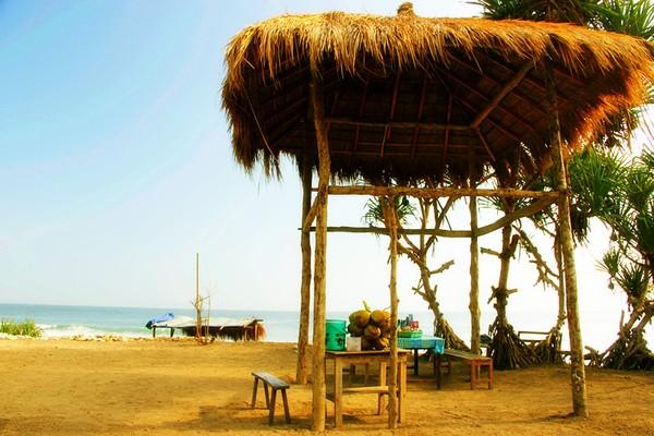 Gubuk Makan Pantai Goa Watu Lawang
