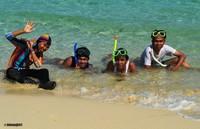Istirahat di sela-sela snorkeling