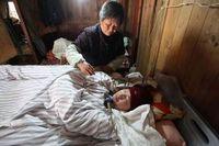 Tiga menit saja kelupaan atau berhenti melakukan kompresi konstan dengan tangan, berarti menghentikan pernapasan Xuepeng untuk selamanya. (Foto: AFP)