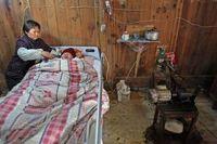 Beban mereka sebenarnya sudah sedikit terkurangi semenjak mendapat bantuan sebuah ventilator mekanik primitif dari seorang kerabat, yang biayanya sekitar 200 yuan (sekitar Rp 310 ribu). (Foto: AFP)