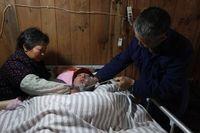 Namun meski sudah mendapatkan bantuan mesin, kedua orang tua Xuepeng masih terus melakukan rutinitas memompa dengan tangan di siang hari. Alasannya, untuk menghemat biaya tagihan listrik agar tidak terlalu mahal. (Foto: AFP)