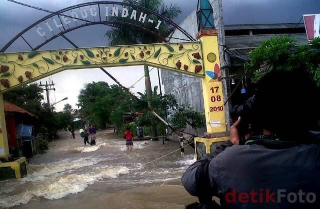 Perumahan di Ciledug Terendam Banjir 1 Meter