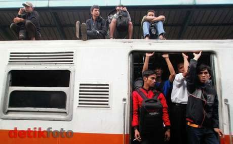 Bentrok dengan Atapers di Stasiun Depok, 5 Polisi Terluka Kena Lempar Batu