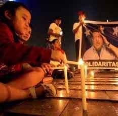 Puluhan Orang Nyalakan Lilin di Bundaran HI untuk Hugo Chavez
