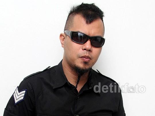 Ahmad Dhani Bergaya dengan Kacamata Hitam