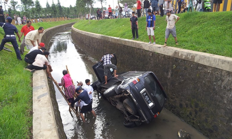 Hendak Putar Balik, Kijang LGX Malah Nyemplung di Sungai di Bintaro