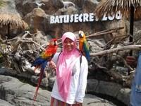berpose dengan burung