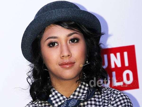 Gaya Preppy Sherina