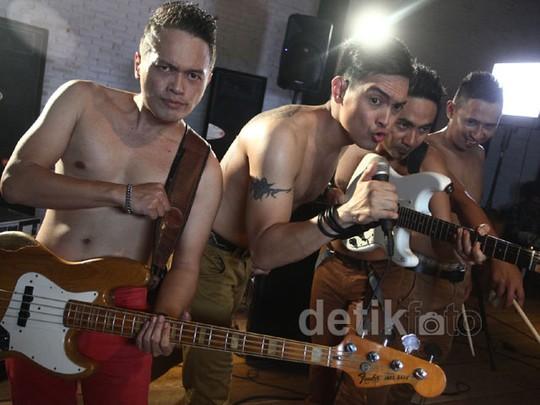 Ada Band Topless