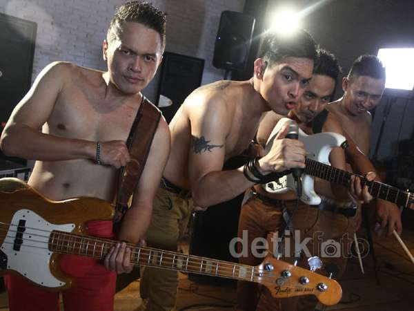 Ada Band Topless