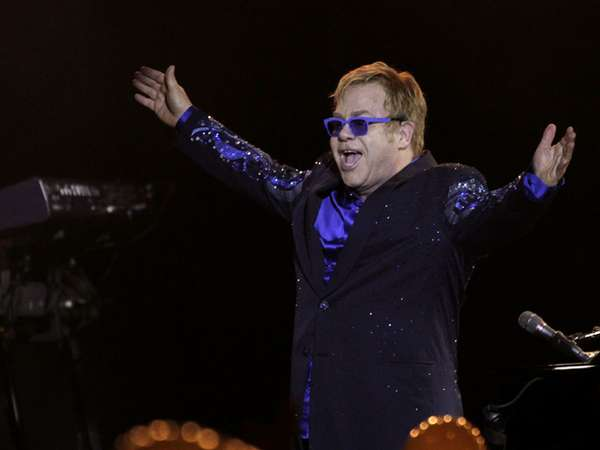 Semangat Elton John di Atas Panggung