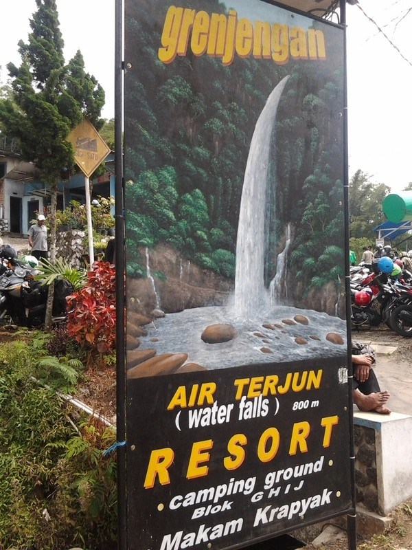 Papan petunjuk wisata air terjun grenjengan