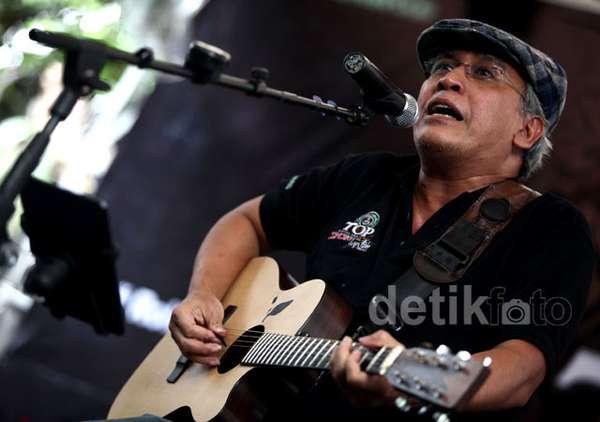 Iwan Fals Beraksi dengan Gitarnya
