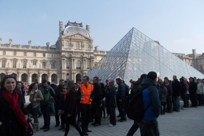 Antrean masuk Museum Louvre luar biasa padatnya (Rita/detikTravel)