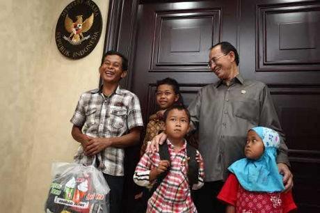 Jaga Adik-adiknya, Tasripin Ingin Sekolah di Desa