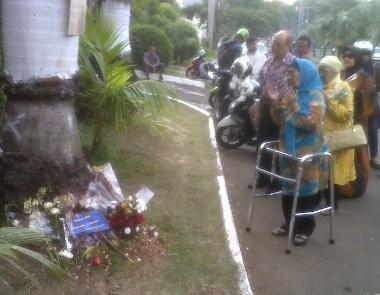 Lokasi Kecelakaan Uje Ramai, Ada yang Doa Maupun Ambil Serpihan Moge