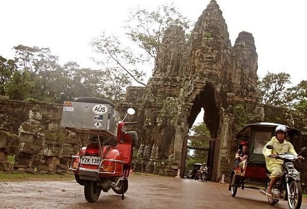 Saat Milne sampai di Angkor Wat, Kamboja (solarpix/dailymail)
