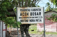 Plang nama di pinggir jalan Banda Aceh - Krueng Raya