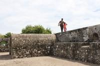 Berjalan di atas pagar benteng