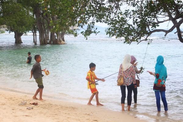 Tak Takut Kepanasan Bermain di Pantai
