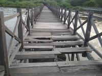 Kondisi jembatan yang sudah rusak parah